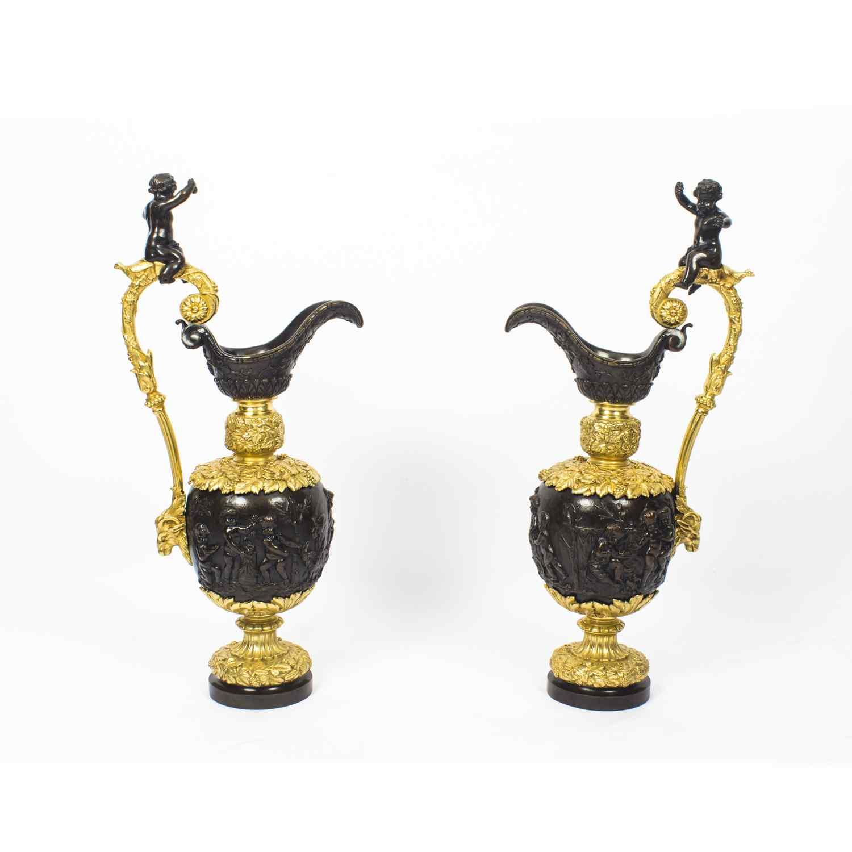 Grande paire ancienne d'aiguières françaises en bronze doré,