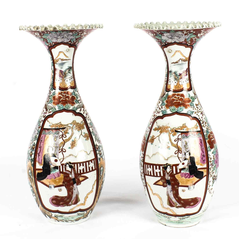Coppia di vasi antichi in porcellana giapponese Meiiji Imari