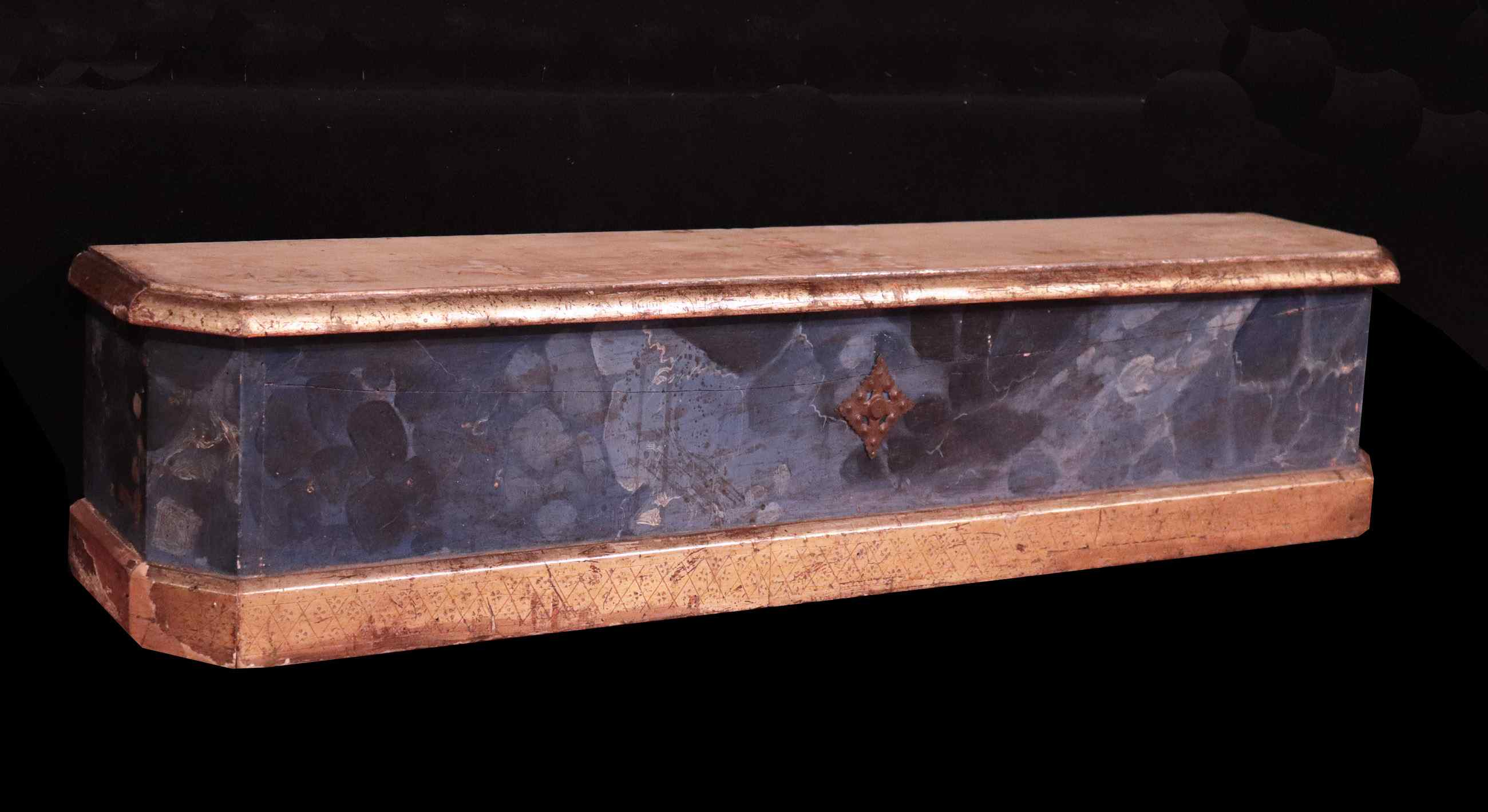 Lacquered and gilded shelf, Tuscany, '700