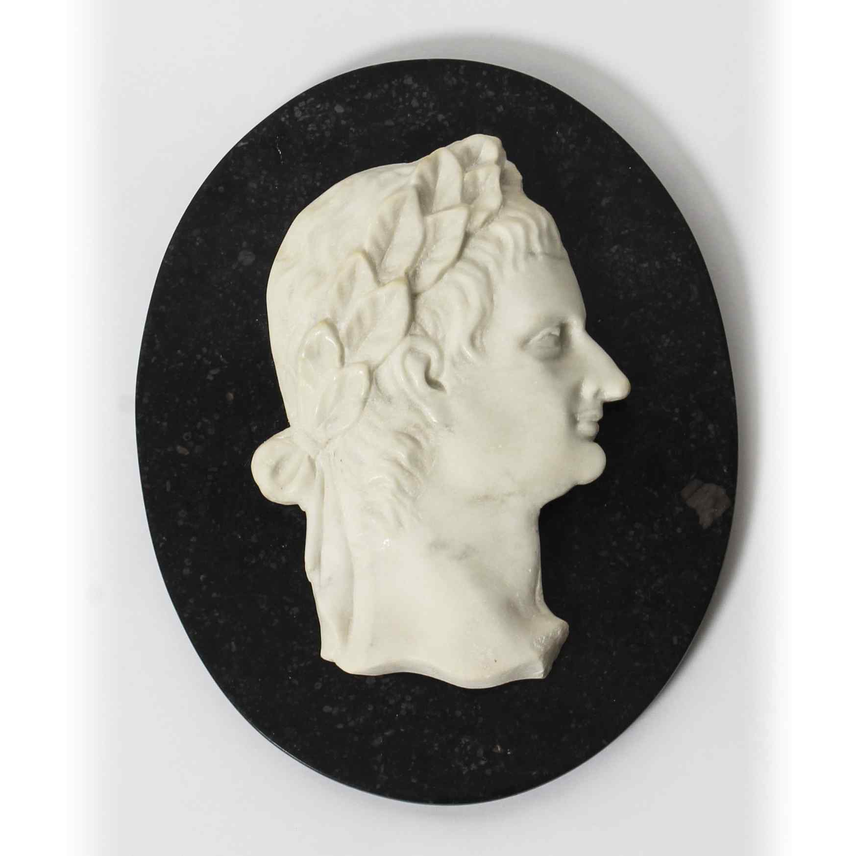 Antica targa in marmo con profilo dell'imperatore romano Cla