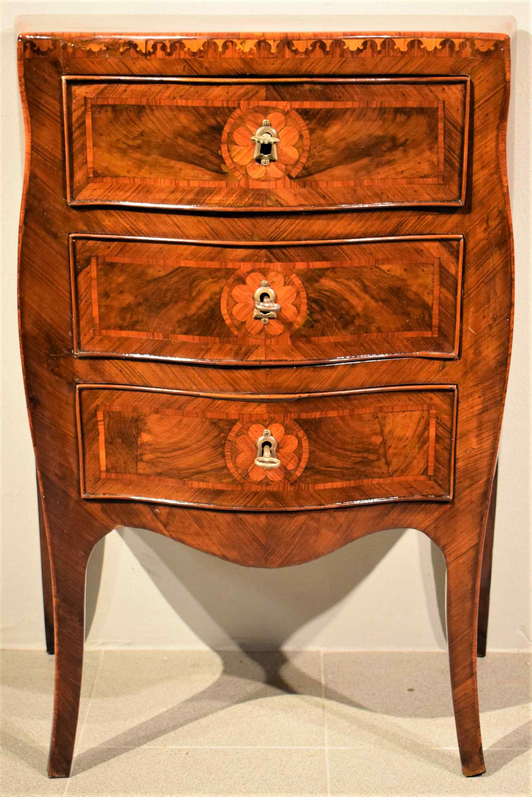 Small Louis XV chest of drawers moved and inlaid, 1750 c.