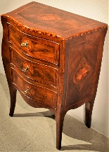 Small Louis XV chest of drawers moved and inlaid, 1750 c.-4