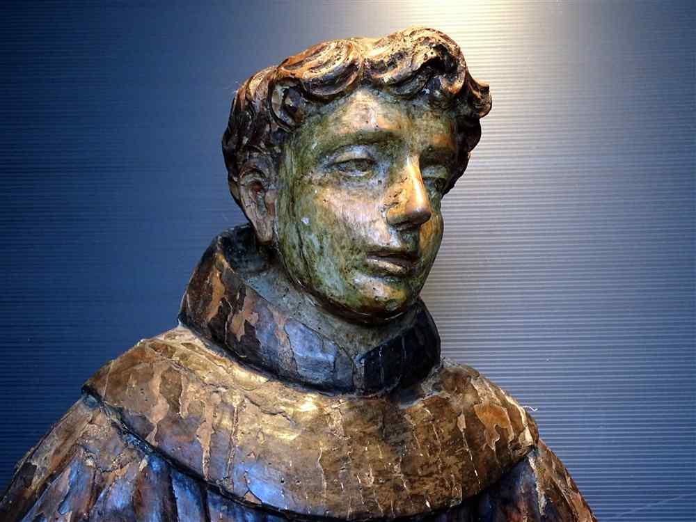 Molto bella statua di un giovane Saint scolpito